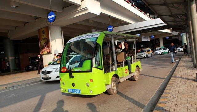 Hành khách sử dụng xe điện sân bay Nội Bài